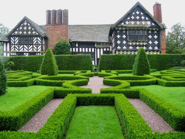 01-knot_garden_at_little_moreton_hall_cheshire_-_geograph-org-uk_-_1527